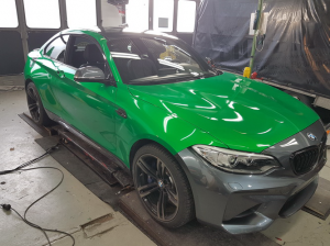 BMW-M2-in-green-gloss-car-wrapping-vollfolierung_011.png
